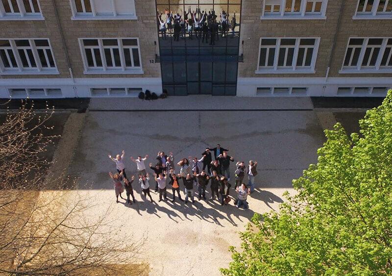 Campus de Noyon avec apprenants à l'extérieur du batiment