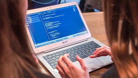 Etudiantes se forment au numérique et développement web